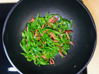 青椒炒香肠,一道美味下饭的辣椒炒香肠就做好了