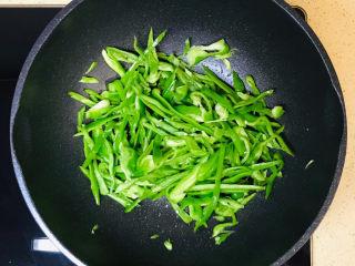 青椒炒香肠,不断煸炒,炒出辣味