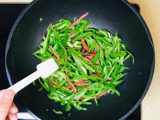 青椒炒香肠,撒入盐调味