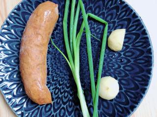 青椒炒香肠,准备好红肠、小葱、姜、蒜。