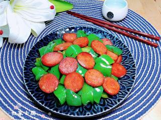 青椒炒香肠,配上一碗米饭,非常下饭好吃。