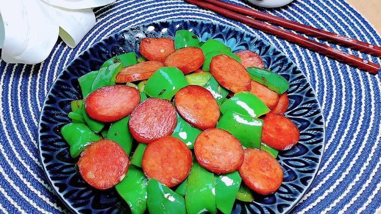 青椒炒香肠,红绿相见,色彩诱人的青椒炒香肠就上桌了!