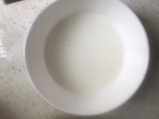 金针菇豆腐汤,碗里加半碗水加入适量淀粉搅拌均匀备用