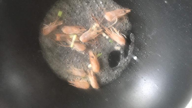 金针菇豆腐汤,起锅热油,下入葱白和虾头炒香