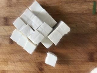 金针菇豆腐汤,豆腐洗干净切成小方块