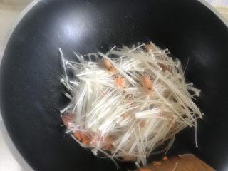 金针菇豆腐汤,下入金针菇翻炒