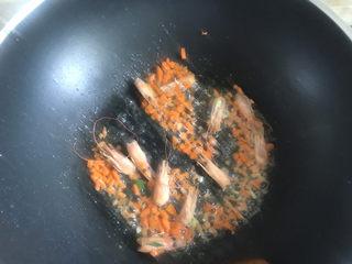 金针菇豆腐汤,下入胡萝卜翻炒