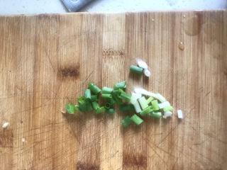 金针菇豆腐汤,葱切碎