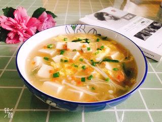 金针菇豆腐汤,盛入盘中,金针菇豆腐汤完成!