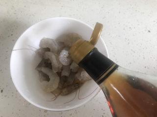 胡萝卜炒虾仁,加入适量的料酒腌制半小时