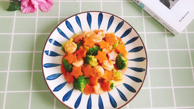 胡萝卜炒虾仁,盛入盘中,完成!