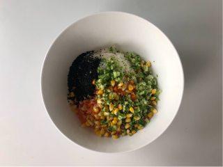 五彩缤纷的杂蔬芝士饭团 ,孩子超喜欢!,把所有的配菜倒入米饭中,再加一勺熟黑芝麻,然后混合。