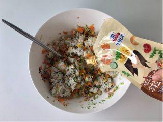 五彩缤纷的杂蔬芝士饭团 ,孩子超喜欢!,加入适量焙煎芝麻沙拉汁调味。