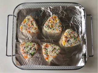 五彩缤纷的杂蔬芝士饭团 ,孩子超喜欢!,把压好的三角饭团放在铺了锡纸的烤网上,烤箱预热180°。