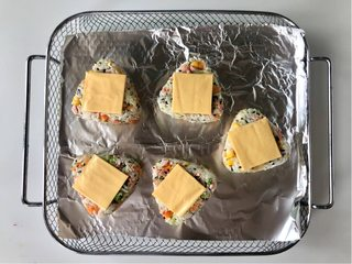 五彩缤纷的杂蔬芝士饭团 ,孩子超喜欢!,把芝士片放在三角饭团面上;