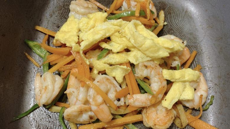 胡萝卜炒虾仁,炒到虾仁全部变成红色,然后加入蛋丝翻炒均匀,即可出锅。