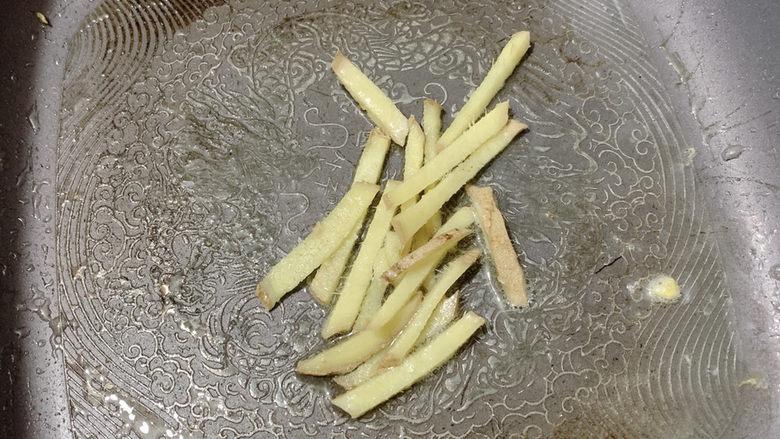 胡萝卜炒虾仁,热油锅,大火加入姜丝爆香。(姜丝也是去腥一大利器)