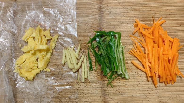 胡萝卜炒虾仁,同时准备下姜丝,配菜都准备好之后,开始正式烹饪。