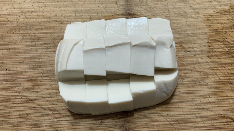 金针菇豆腐汤,<a style='color:red;display:inline-block;' href='/shicai/ 474'>内酯豆腐</a>同样也是切成块状。