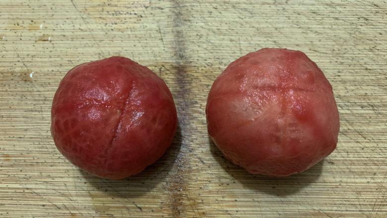 金针菇豆腐汤,去皮后的西红柿。