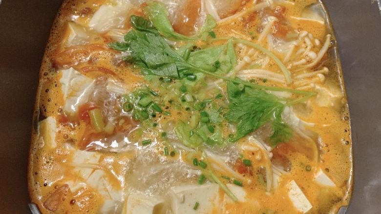 金针菇豆腐汤,加葱花和芹菜提香。