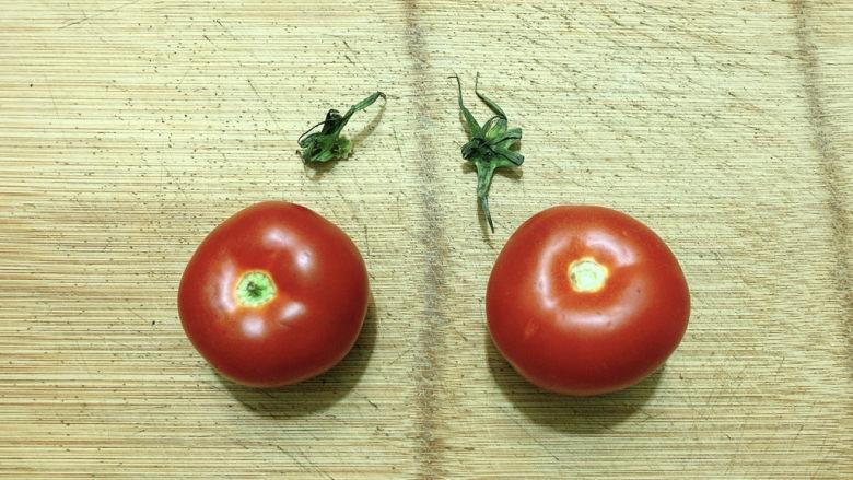 金针菇豆腐汤,<a style='color:red;display:inline-block;' href='/shicai/ 3551'>西红柿</a>去蒂。