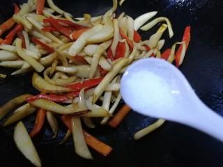 小炒杏鲍菇,半勺盐入味。