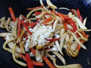 小炒杏鲍菇,最后放入蒜末,翻炒均匀即可。