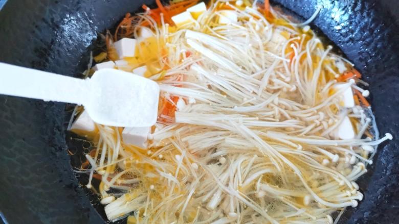 金针菇豆腐汤,加入盐