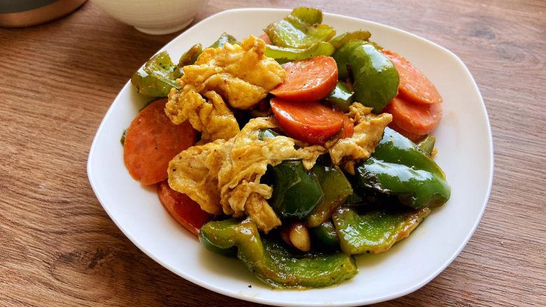 青椒炒香肠,炒均匀就可以出锅了。