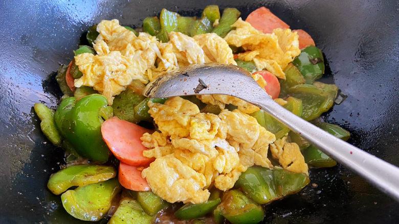 青椒炒香肠,加入之前摊好的鸡蛋。