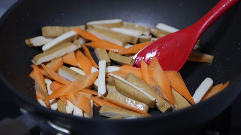 毛豆炒香干,炒至香干微微发软后放入胡萝卜翻炒几下