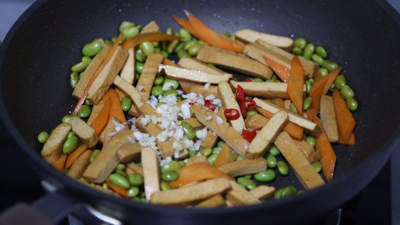 毛豆炒香干,加入蒜蓉和小米辣