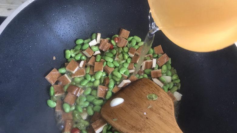 毛豆炒香干,淋入少许水,炖1分钟