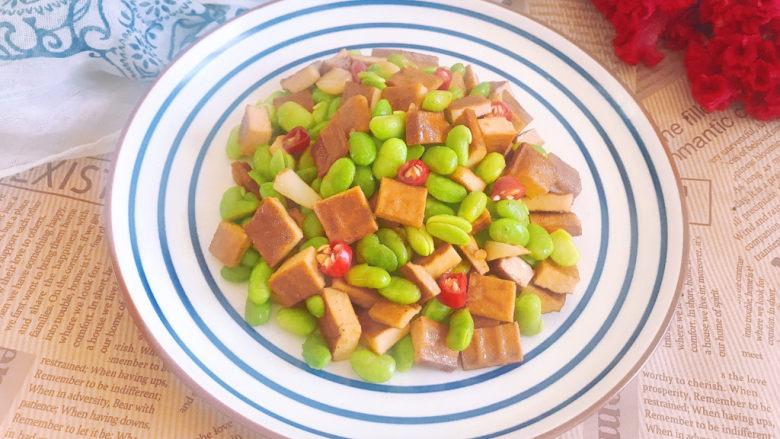 毛豆炒香干,装盘即可食用