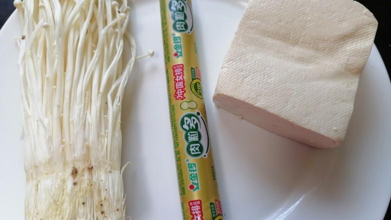 金针菇豆腐汤,准备好所需材料
