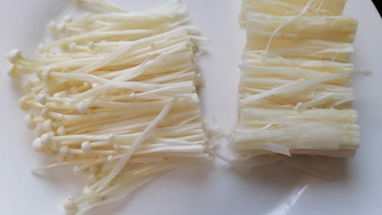 金针菇豆腐汤,将金针菇切成两段