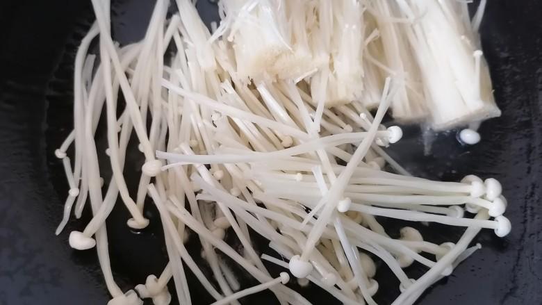 金针菇豆腐汤,放入金针菇翻炒