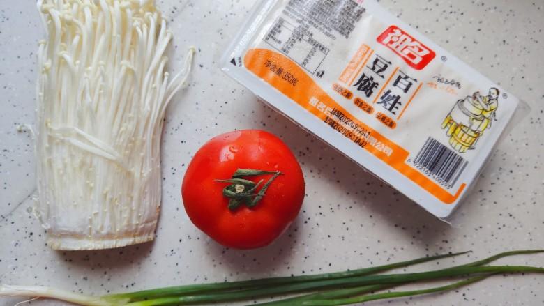 金针菇豆腐汤,首先我们准备好所有食材