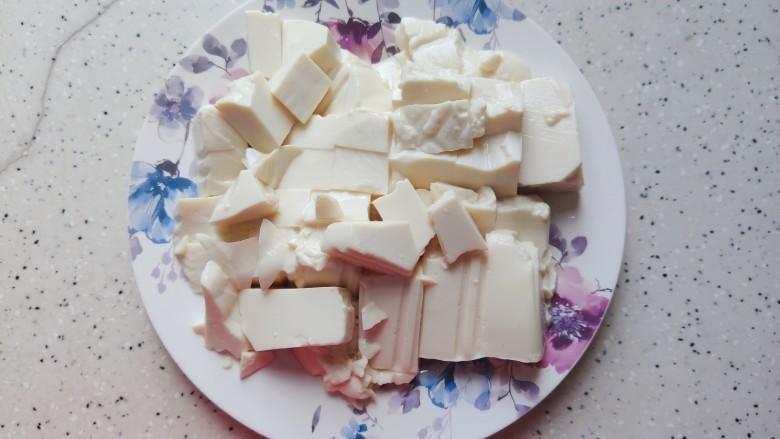 金针菇豆腐汤,取出豆腐,切成小块,静置,备用