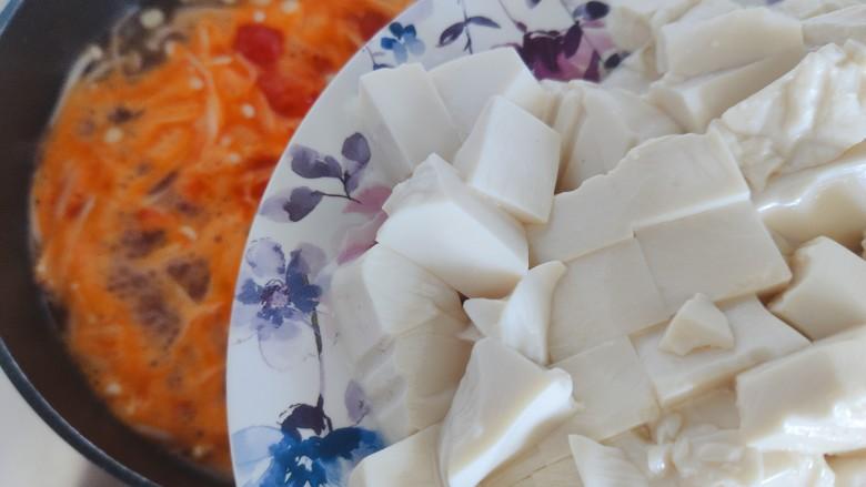 金针菇豆腐汤,待水开,加入豆腐(撇去静置过程中产生的水分)