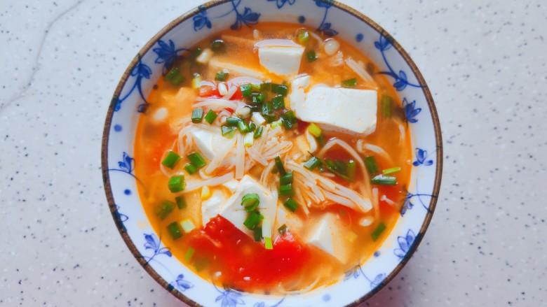 金针菇豆腐汤,装碗