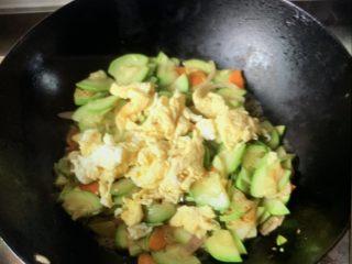 西葫芦炒鸡蛋鸡蛋🥚,放鸡蛋