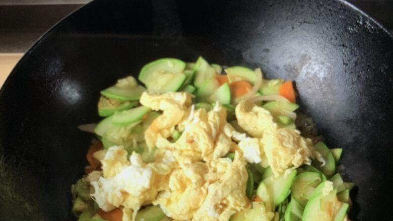 西葫芦炒鸡蛋鸡蛋🥚,放盐