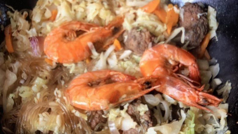 圆白菜炒虾,放盐