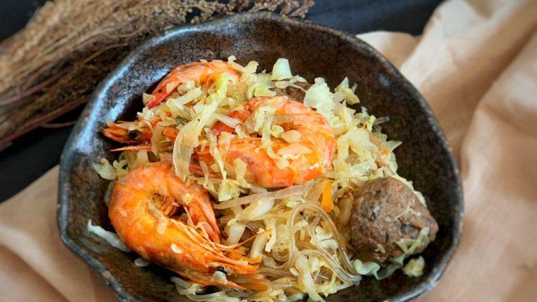 圆白菜炒虾,翻炒