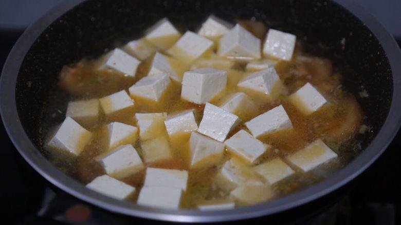 金针菇豆腐汤,放入豆腐块