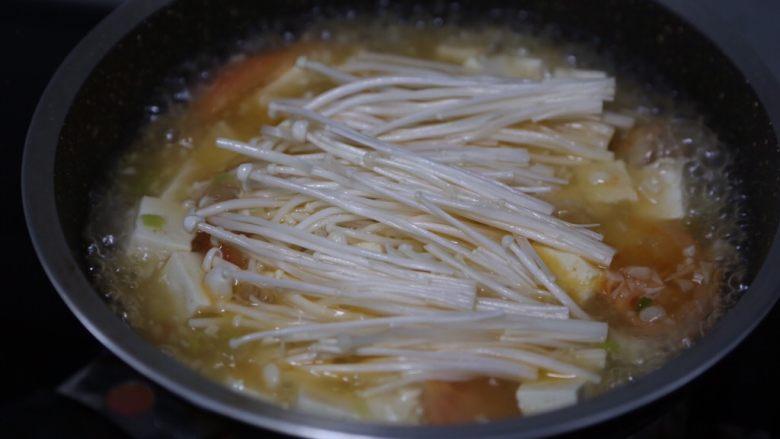 金针菇豆腐汤,再放入金针菇煮至软熟