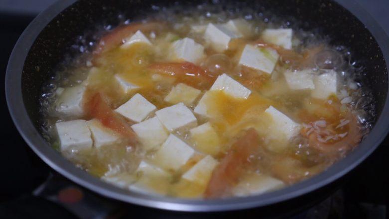 金针菇豆腐汤,大火煮开后继续煮约5分钟