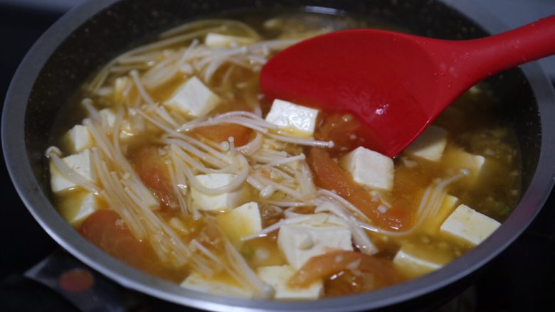 金针菇豆腐汤,翻拌均匀